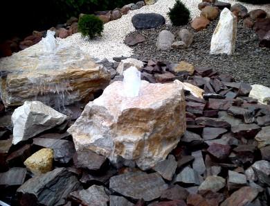 Z kamienia…. fontanna z podświetleniem led