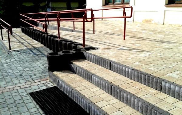 podjazd dla niepełnosprawnych…